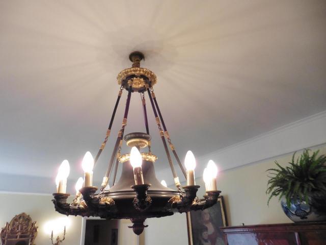 Lustre en métal patiné et bronze doré à douze lumières à décor
