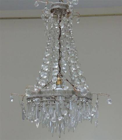 LUSTRE de forme montgolfière en fil de fer, perles et pampilles.