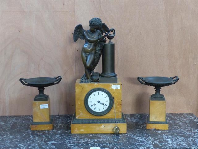 GARNITURE de cheminée en marbre jaune de Sienne et bronze à patine