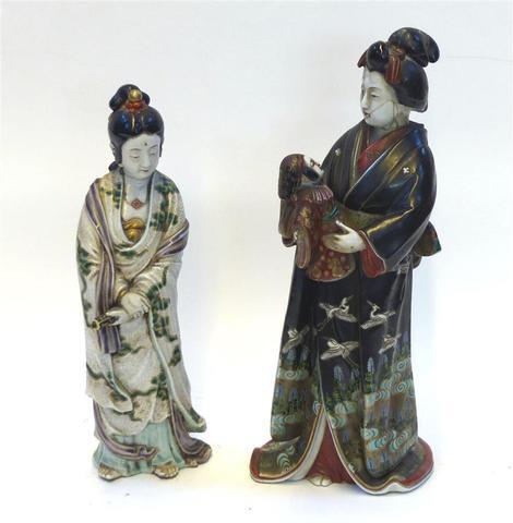 JAPON. Statuette en porcelaine décor polychrome (robe noire). fin
