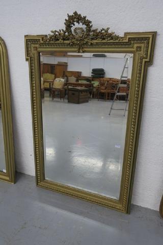 Miroir biseauté en bois stuqué doré à décors de rangs de perles
