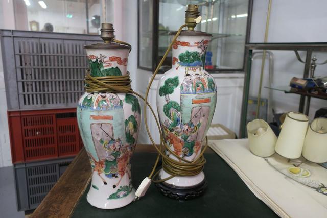 Dans le goût de la famille verte, deux vases en faïence polychrome