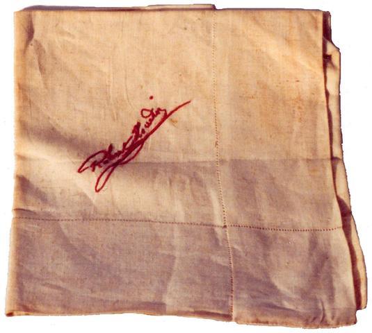 MOUCHOIR DE SCENE DE ROBERT-HOUDIN. Pochette blanche portant la signature