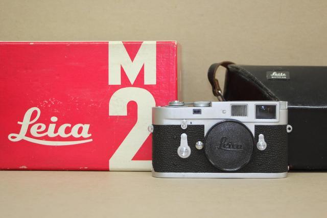 Boitier d'appareil photographique Leica M2 n°1161865, dans une housse