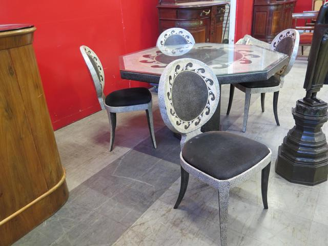 Guéridon de forme octogonale et quatre chaises à dossier circulaire,