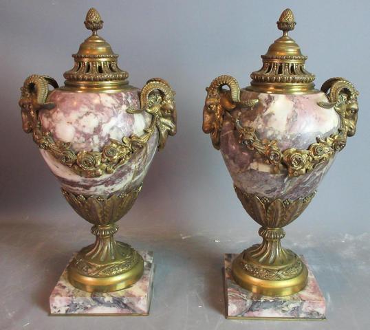 Paire de cassolettes ou pot à feu en marbre et bronze doré à décor