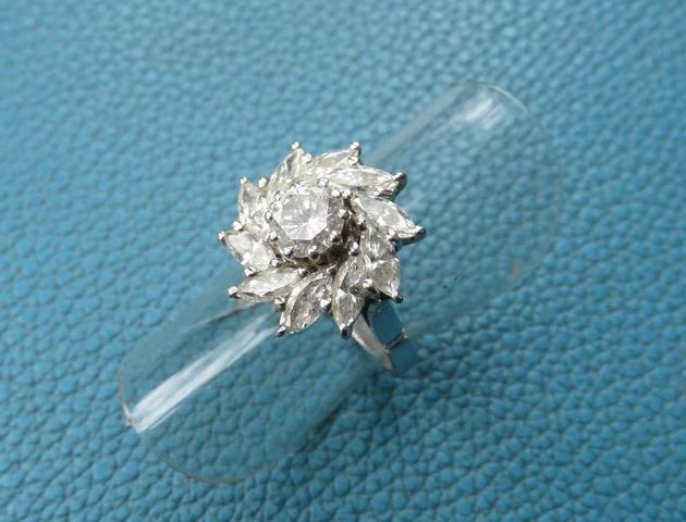 bague de forme marguerite sur or blanc - avec un diamant brillanté