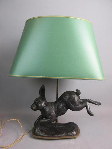 Bronze au lièvre patiné monté en lampe Ht totale 64 cm - abat jour