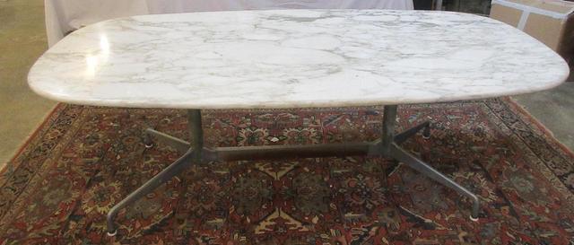 table en marbre veiné sur pietement métallique (voir photo)  d'après