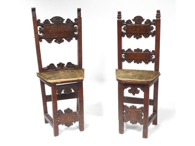 Deux CHAISES en bois incrusté de de rinceaux, l'assise trapézoïdale.