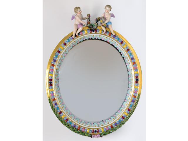 GLACE ovale en porcelaine de saxe, à décor polychrome de rangs de