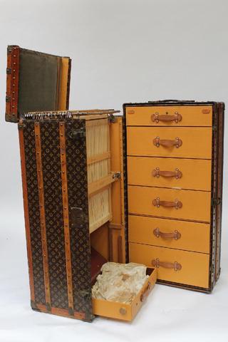 Louis VUITTON. MALLE CABINE en bois et toile monogram, bordures et