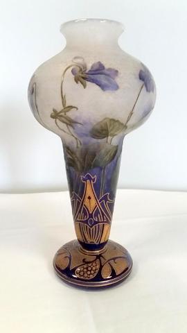 DAUM Nancy : Vase en verre multicouche gravé et émaillé décor