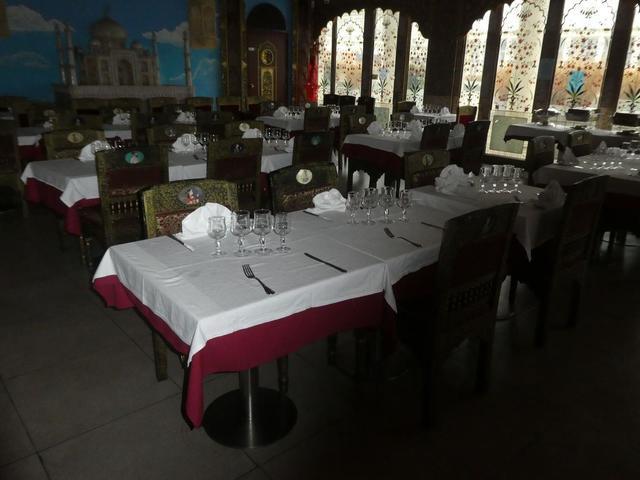 54 Chaises - 23 fauteuils - 44 tables de 2 personnes