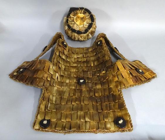 Ancienne armure et casque de guerrier Toraja, composés de plaques
