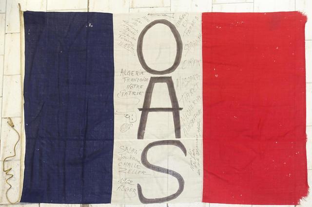 Grand drapeau français de l'OAS avec de nombreuses annotations dont