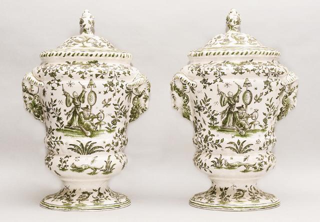 Importante paire de pots couverts sur piédouche en faïence de Moustiers