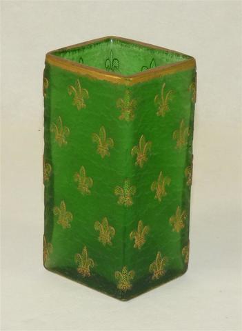 DAUM Nancy. Vase à section rectangulaire en verre givré vert à