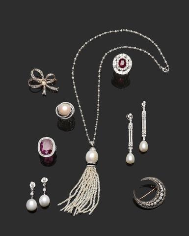 Collier bayadère, pendants d'oreilles diamants, perles, rubis, broche