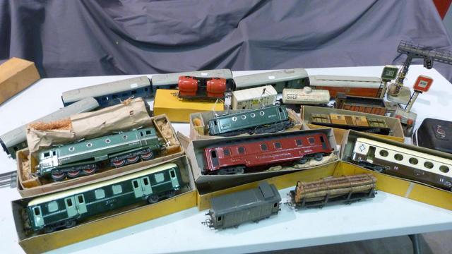 Ensemble de trains comprenant deux locomotives JER, un ensemble de