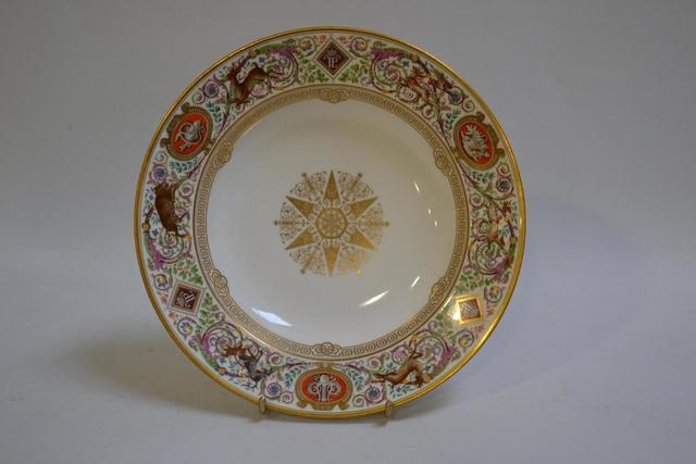 SEVRES Assiette creuse en porcelaine à décor polychrome et or aux