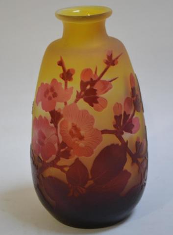 GALLE  Vase en verre mlticouche à décor dégagé à l'acide de