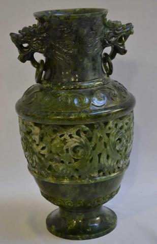 """ASIE Vase en jade dit """"épinard"""" sculpté, reposant sur un piédouche H.:"""