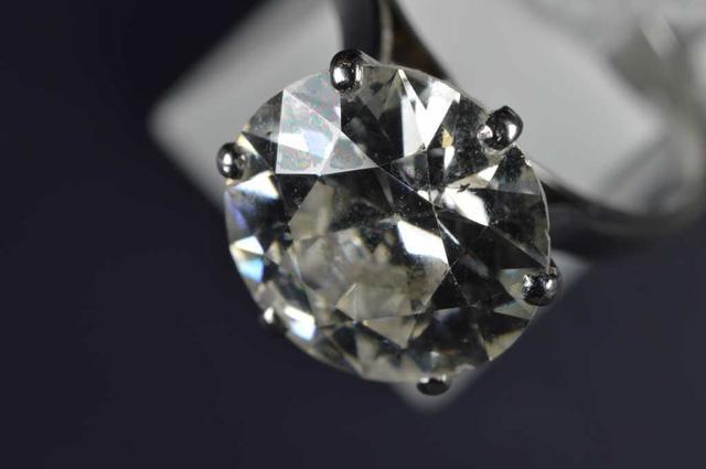 BAGUE en or gris (750 millièmes) ornée au centre d'un diamant rond