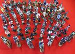 Ensemble de soldats de plomb, principalement soldats et cavaliers