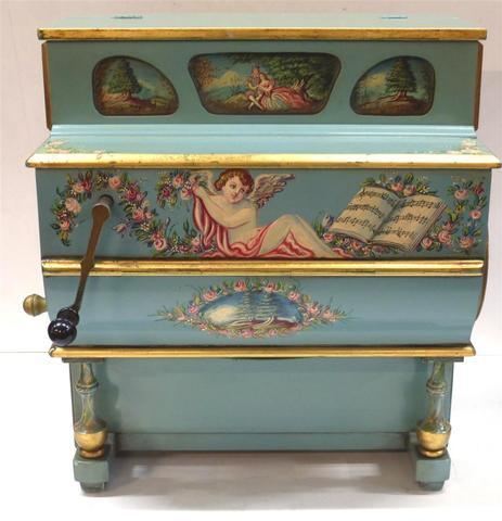 Petit piano mécanique en bois laqué à décor de scènes galantes