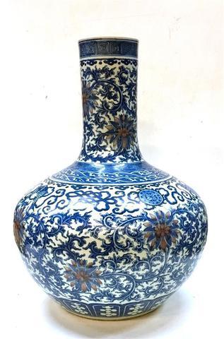 """CHINE - Vers 1900, Grand vase en porcelaine de forme """"tianquiping""""à"""