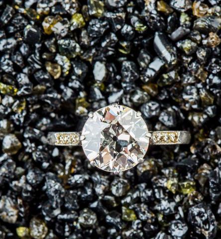 Bague platine ornée au centre d un diamant taille ancienne d environ
