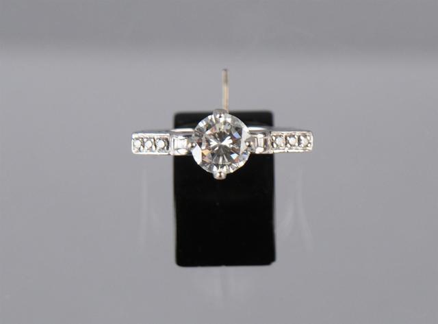 Bague à monture angulaire ajourée en or gris sertie d'un diamant