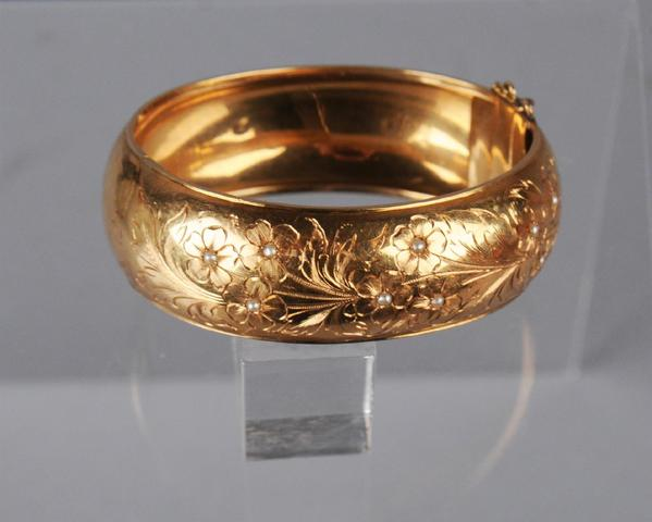 Bracelet rigide ouvrant en or rose ciselé d'un décor de branches
