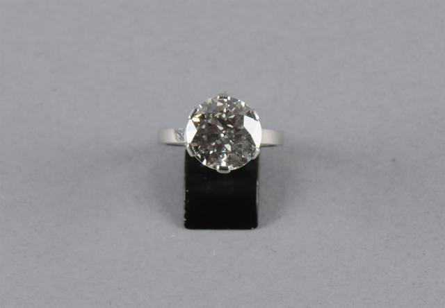 Bague en platine sertie d'un diamant demi-taille. Poids du diamant
