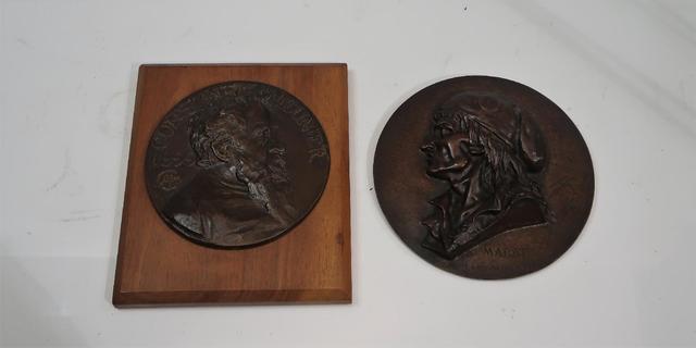 Lot de deux médaille : Marat l'ami du peuple et Constantin Meunier