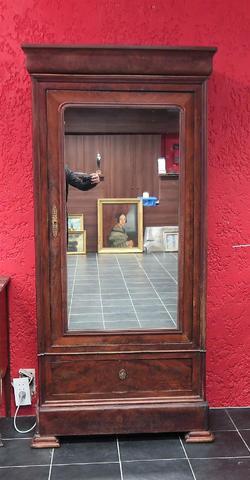 Petite armoire en bois de placage ouvrant pas une porte flanquée