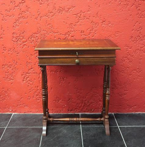 Table travailleuse en bois martqueté de fleurs. 69x58x38cm. Accidents