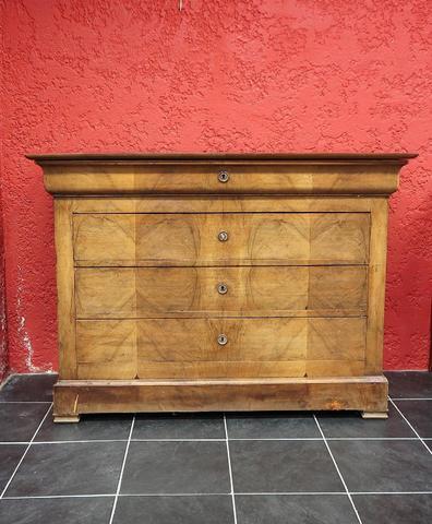 Commode en bois de placage ouvrant par quatre tiroirs dont un à la