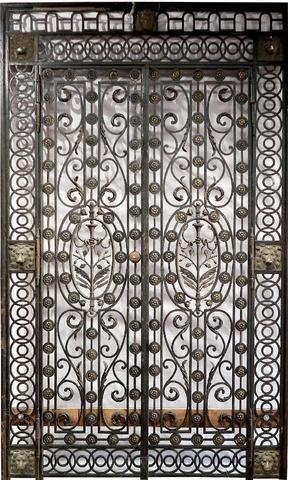 Porte d'intérieur constituée d'une grille en fer forgé à deux