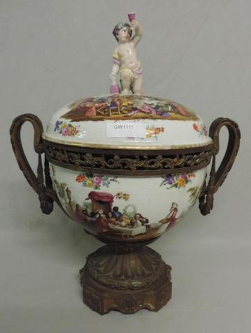 GW1111 -  Saxe XIXè. Pot pourri en porcelaine,   polychrome à décor