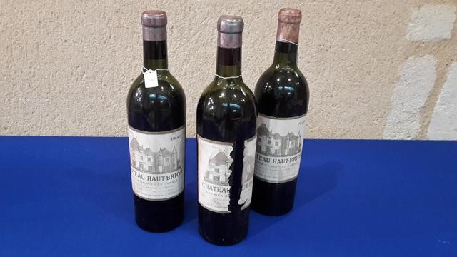 Trois bouteilles de Château Haut-Brion, Pessac-Léognan 1949 (2 niveaux
