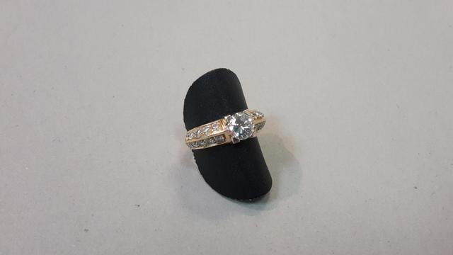 Bague or jaune sertie d'un diamant central taille moderne 1.10 ct