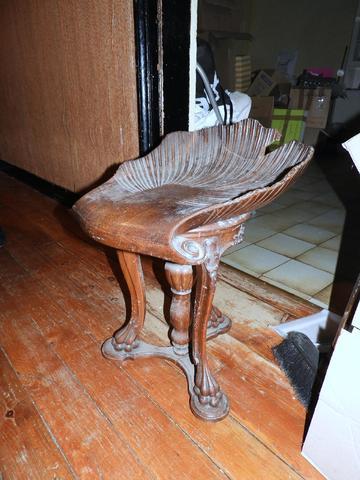Tabouret de piano en bois sculpté forme de coquille (un accident)