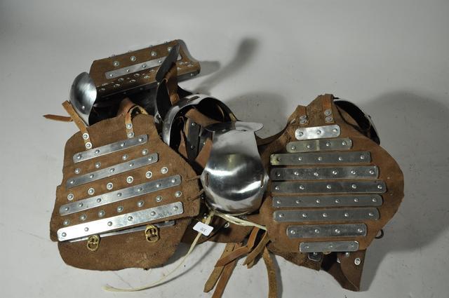 Trois Paires de bras d'Armures en cuir Lamellé de style médiéval