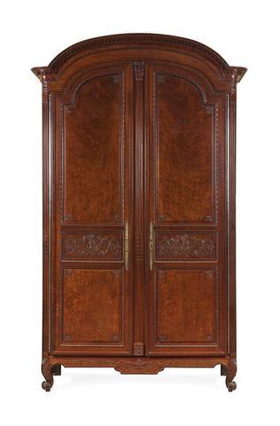 Importante armoire en acajou moucheté, mouluré et sculpté, la corniche