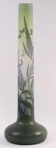 GALLE Lilas et papillons Vase en verre double couche, décor dégagé