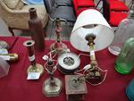 Lot comprenant un bougeoir Restauration monté en lampe, un baromètre dans l'état, trois bougeoirs an...