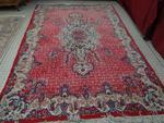 Un grand tapis en laine rouge et gris faisant 2m20x3m30...