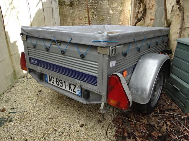 Une remorque de voiture Norauto NOR150 à un essieu avec une bâche